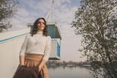 Bir şehir parkında poz güzel genç kadın — Stok fotoğraf
