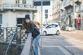 Beautiful girl posing in an urban context — Stock Photo