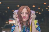 Beautiful girl posing in the city streets — Stockfoto