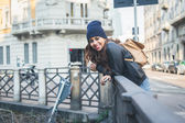 Beautiful girl posing in an urban context — Stock Photo