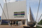 People visiting Lithuania pavilion at Expo 2015 in Mialn, Italy — Stock Photo