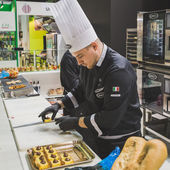 Cook at Tuttofood 2015 in Milan, Italy — Stock Photo