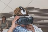 Lidé se snaží 3d sluchátka na Expo 2015 v Miláně, Itálie — Stock fotografie