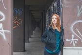 Mooi meisje poseren in de straten van de stad — Stockfoto