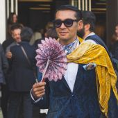 People gather outside Etro fashion show building in Milan, Italy — Stock Photo