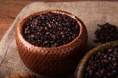 Bambu sepet içinde kavrulmuş kahve çekirdeği — Stok fotoğraf
