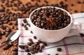 Natura morta con una tazza di caffè in grani — Foto Stock