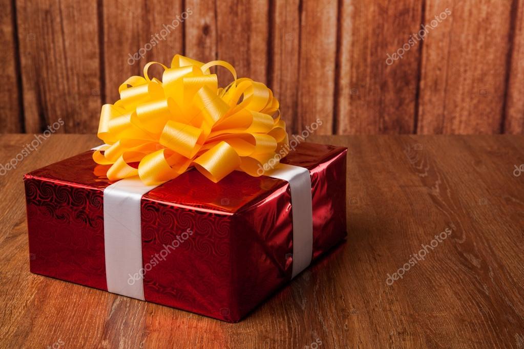 在木头上的一大红色礼品盒