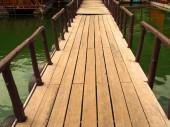 Pont en bois sur le chemin du port. — Photo