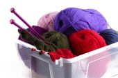 Plastic box with knitting needles and wool — Stock Photo