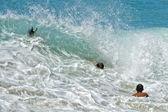 Hawaii dalgalar deniz oynayan çocuklar — Stok fotoğraf