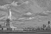 Нью-Йорк Статуя свободы вертикальный силуэт b&w — Стоковое фото