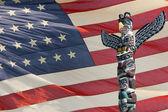 Totem wood pole ion usa flag background — Foto de Stock