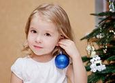 装饰圣诞树的可爱小女孩 — 图库照片