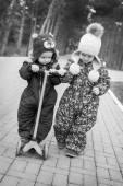 Peuter broer en zus voor een wandeling — Stockfoto