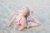 Cute little girl on the beach — Stock Photo