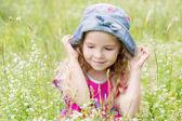 Портрет милой девочкой на лугу — Стоковое фото
