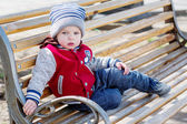 ベンチに座っている幼児男の子 — ストック写真