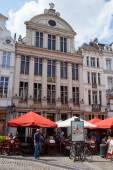 Ресторан с открытой террасой, с типичной архитектурой в туристическом центре Брюсселя. Люди пользуются напитки или обед. — Стоковое фото