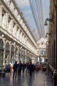 Queens galerij in Brussel, mensen winkelen of te genieten van een drankje. — Stockfoto