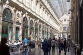 Квинс Галерея в Брюсселе, люди покупки или наслаждаясь любимым напитком. — Стоковое фото