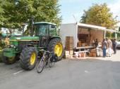 Boer verkopen aardappelen op een Belgische markt met zijn trekker. — Stockfoto
