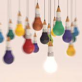 Lápiz de dibujo idea y bombilla concepto creativo — Foto de Stock