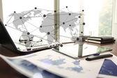 ビジネス ドキュメントのスマート電話とスタイラスをもつオフィスのテーブル — ストック写真