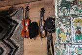 Old violin and Hutsul hats on the wall — Стоковое фото