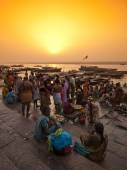 Crowd of local Indian near Ganga river — Stock Photo