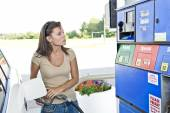 Young Pretty Woman Spending Money On Gas — Stock Photo
