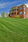 Neatly Mowed Lawn In Front Of Public Building — Stock Photo