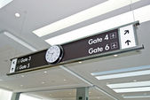 Airport Gate Sign With Clock At Airport Terminal — Stock Photo