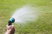 Bewässerung von Rasen — Stockfoto