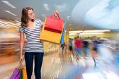 Šťastná dívka s nákupní tašky — Stock fotografie