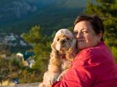 Happy senior kvinna med amerikanska spaniel — Stockfoto