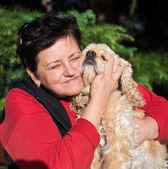 アメリカのスパニエルと幸せの年配の女性 — ストック写真
