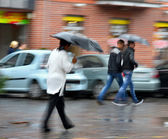 People walking down the street on a rainy day — Stock fotografie