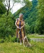 Old Woman walking im Sommer park — Stockfoto