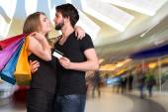 買い物袋と幸せなカップル — ストック写真