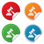 Auction hammer icon. Law judge gavel symbol. — Stock Vector