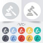 Auction hammer icon. Law judge gavel symbol. — Stock Vector