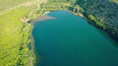 Brljan lake, aerial ascent shot — Stock Video