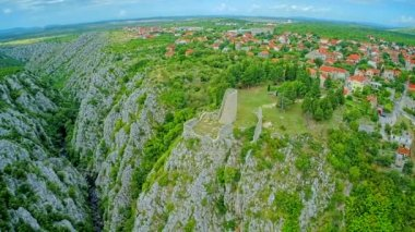Drnis, Gradina fortress aerial descenting shot — Stock Video