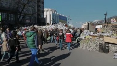 Euromaidan revolution in Kiev - People visiting Maidan — Stockvideo