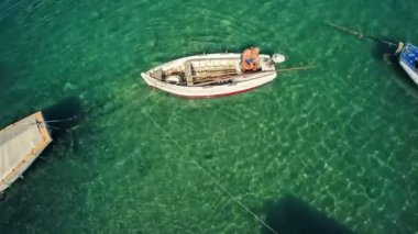 Aerial view of a fishing boat in Mali Ston Bay — Stock Video
