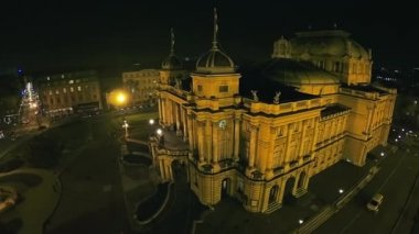 Croatian national theater in Zagreb - aerial shot — Stock Video