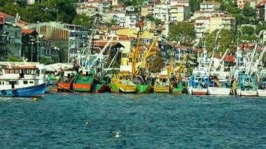 Bateaux de pêche amarré à sariyer — Vidéo