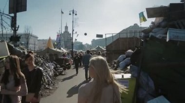 Walking with people on Maidan square, Kiev — Stockvideo