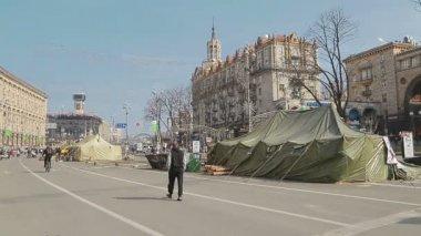 People visiting Maidan square - Euromaidan revolution in Kiev — Stock Video
